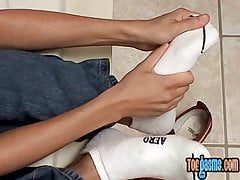Young Ash caresses wet feet before cumshot solo